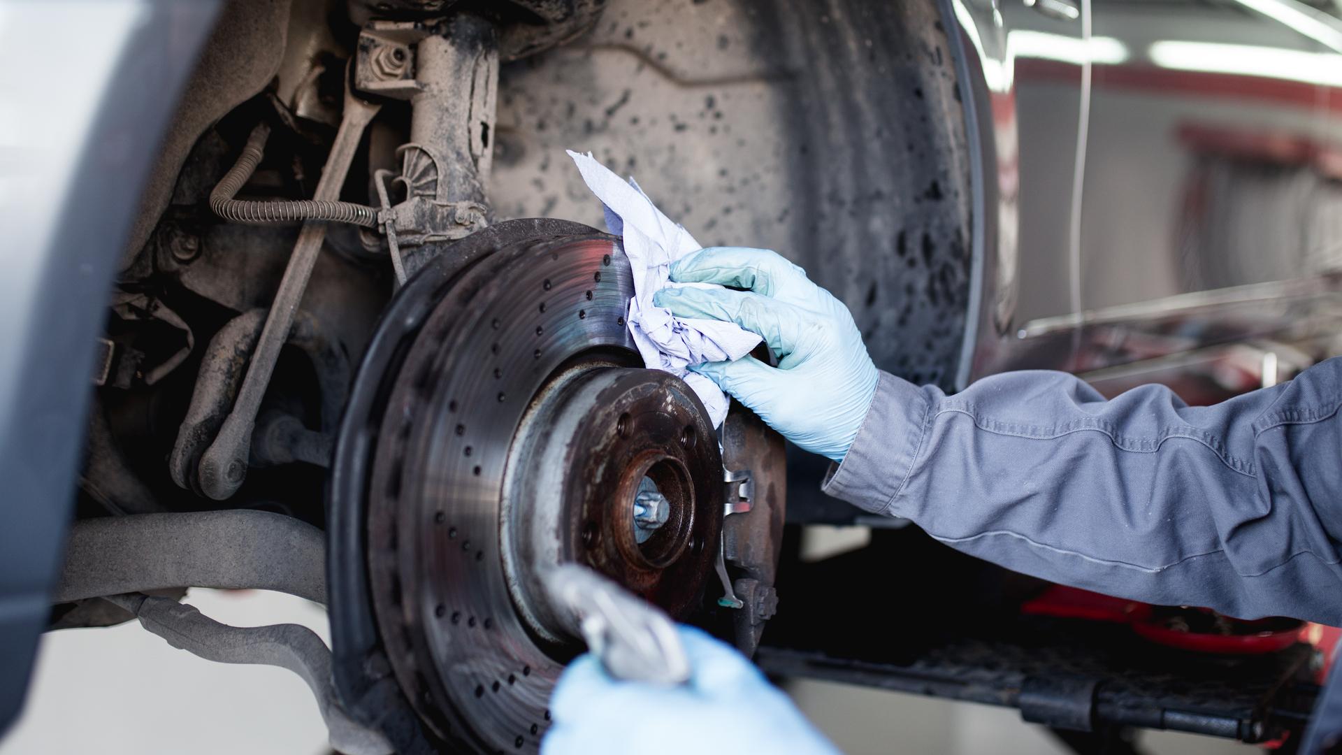 mecanico limpando sistema de freio
