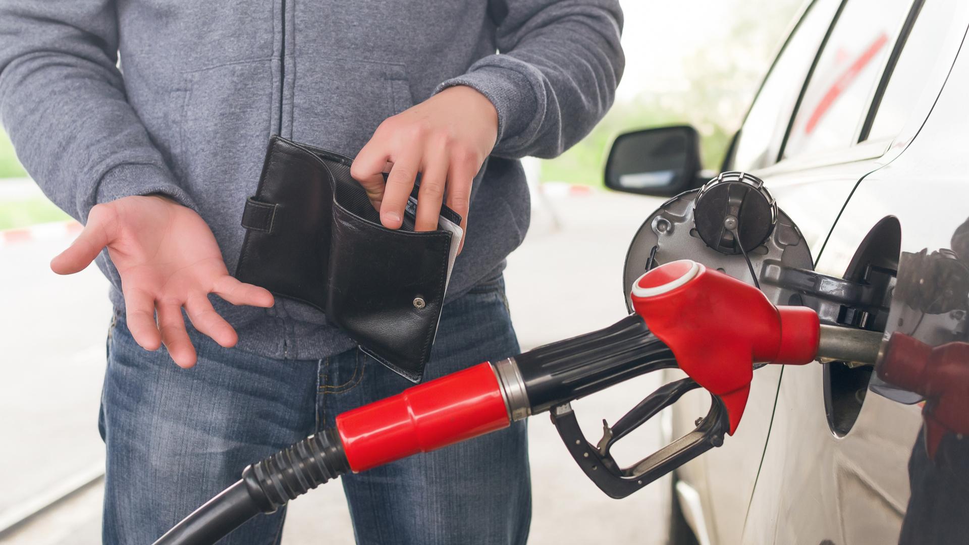 veiculo carro posto combustivel abastecendo dono carteira consumo shutterstock 1109546957