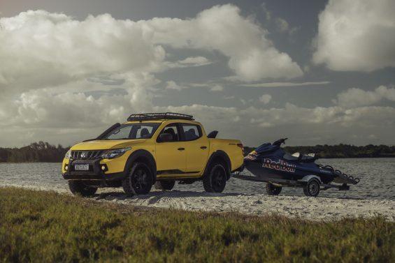 mitsubishi l200 triton savana amarela puxando jet ski em carretinha