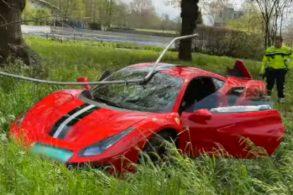[Video] Motorista se 'acha piloto' e estreia Ferrari com batida