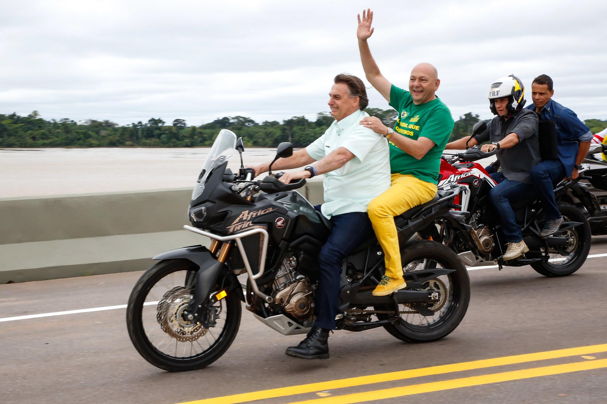 presidente bolsonaro pilota moto sem capacete