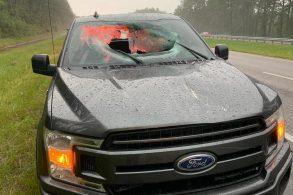 F-150 é atingida por pedaços de asfalto após raio cair em rodovia