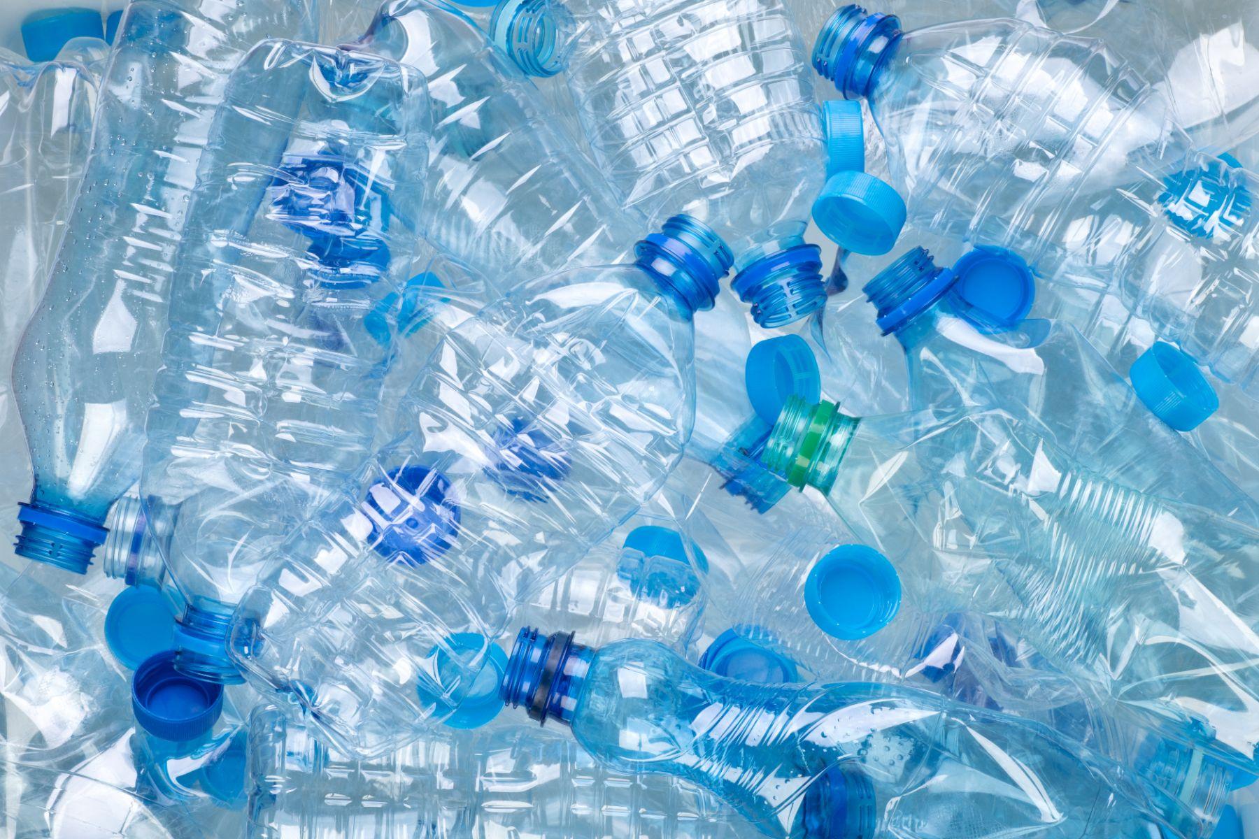 conjunto de garrafas de plastico pet amassadas