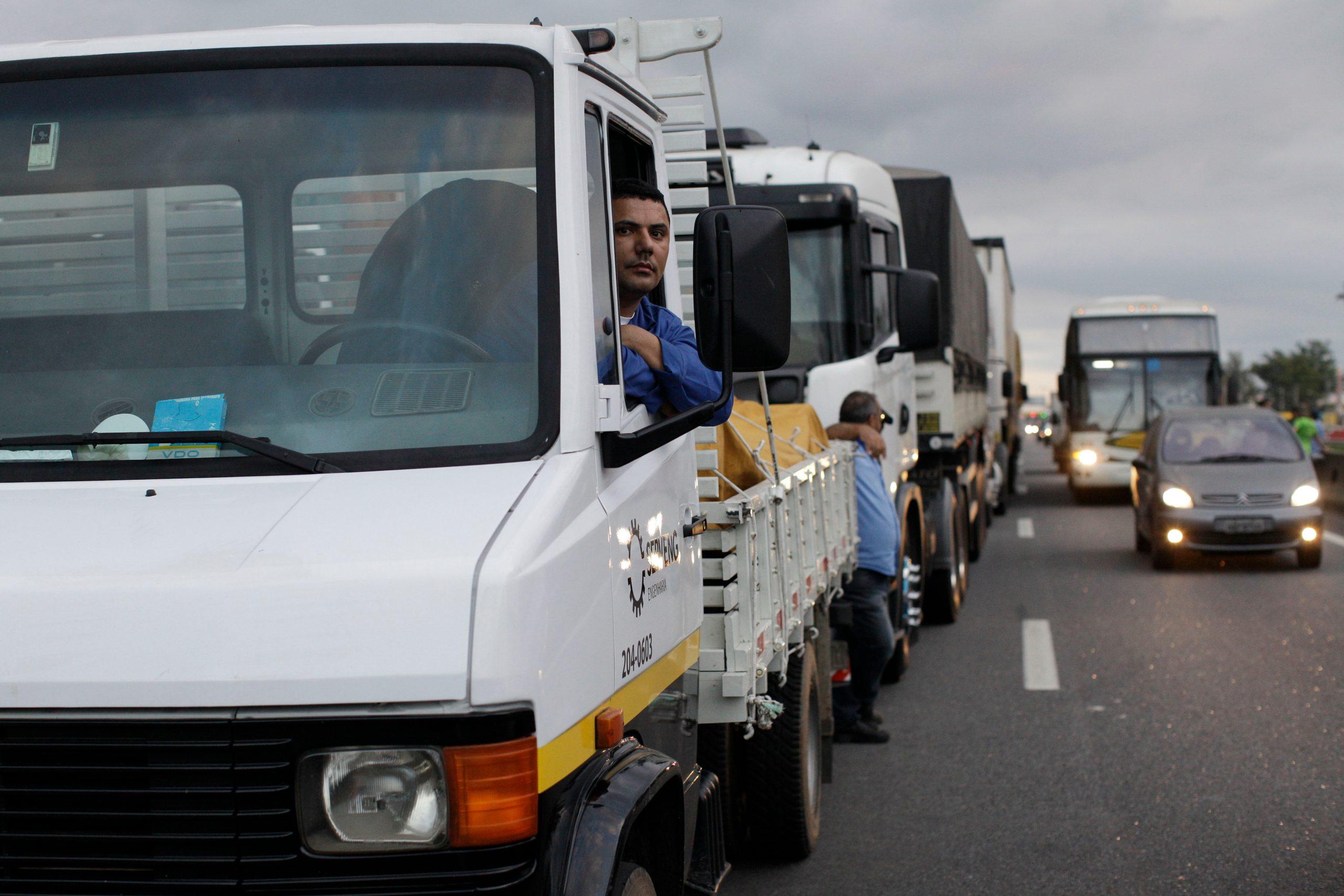 fila de caminhoneiros parados na rodovia presidente dutra