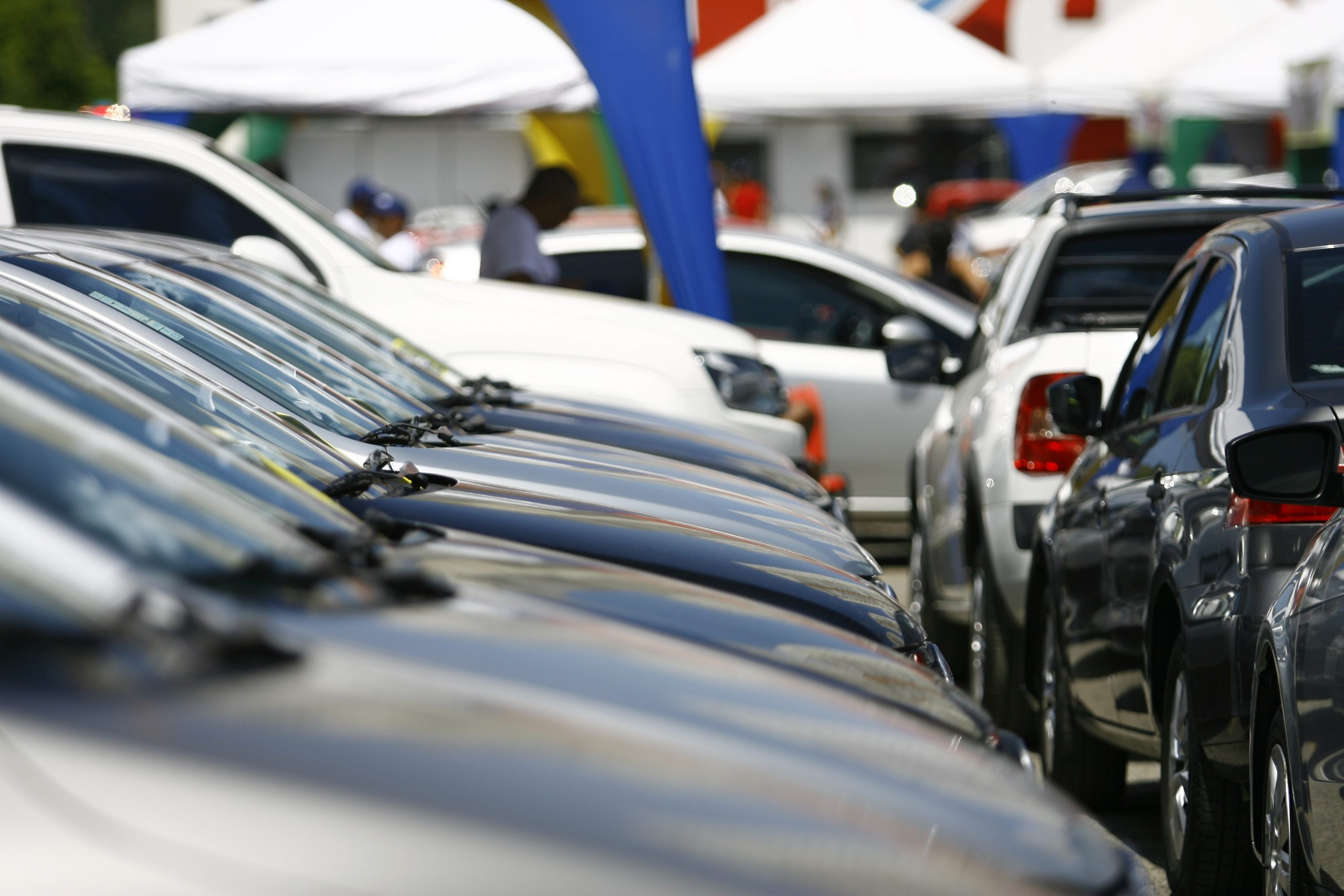 carros enfileirados em feira de veiculos usados e seminovos em salvador ba