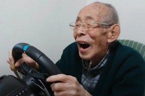 Vovô de 93 anos revive a emoção de pilotar graças ao videogame