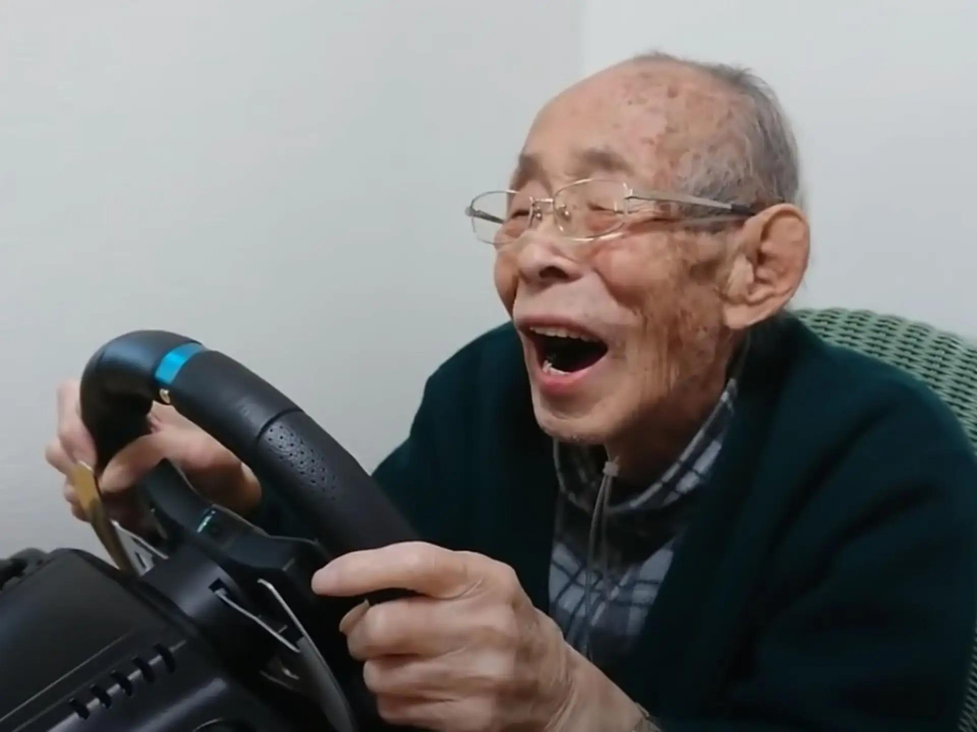 senhor japones jogando videogame
