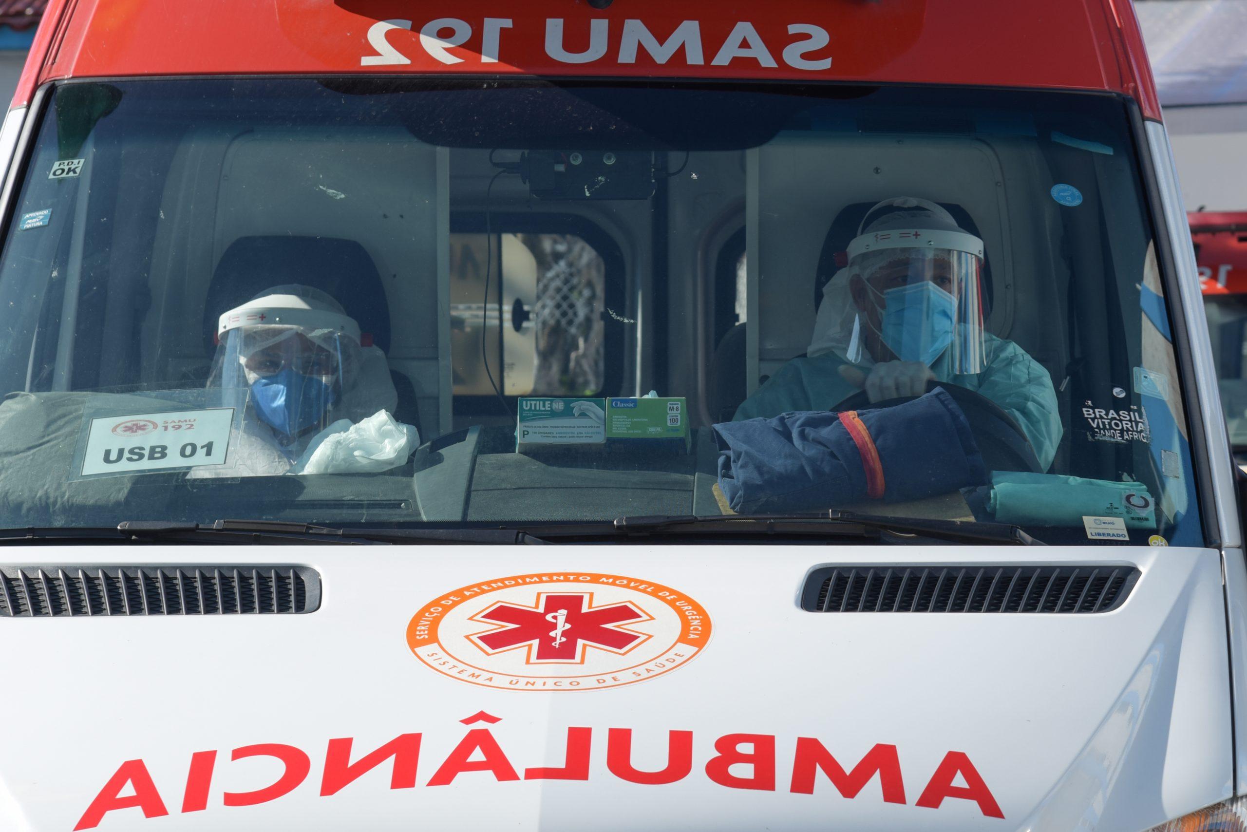 profissionais da saude conduzem ambulancia do samu em rodovia brasileira