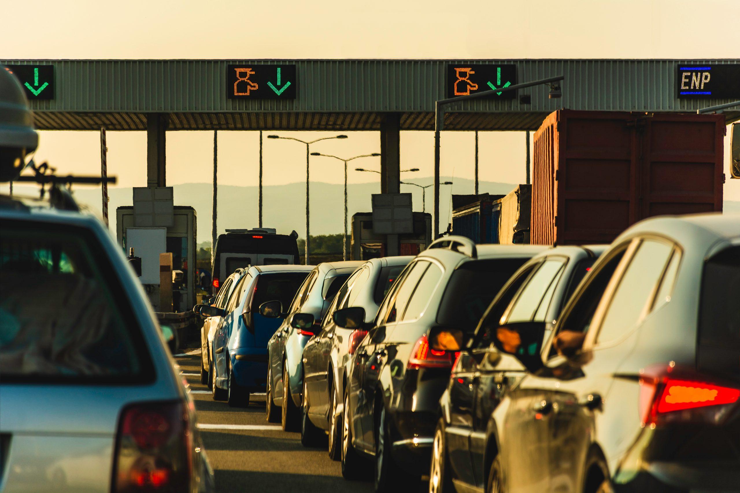 fila de carros aguardando para pagar o pedagio e seguir trafegando pela rodovia
