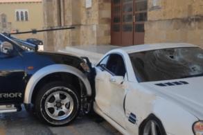 [VÍDEO] Policial grego usa picape para destruir Mercedes de seu chefe