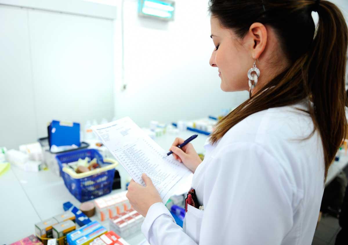 mulher com documento em maos representando exame toxicologico em laboratorio