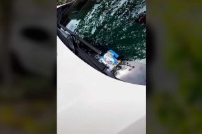 [Vídeo] Dono de Civic estaciona o carro e encontra um de brinquedo