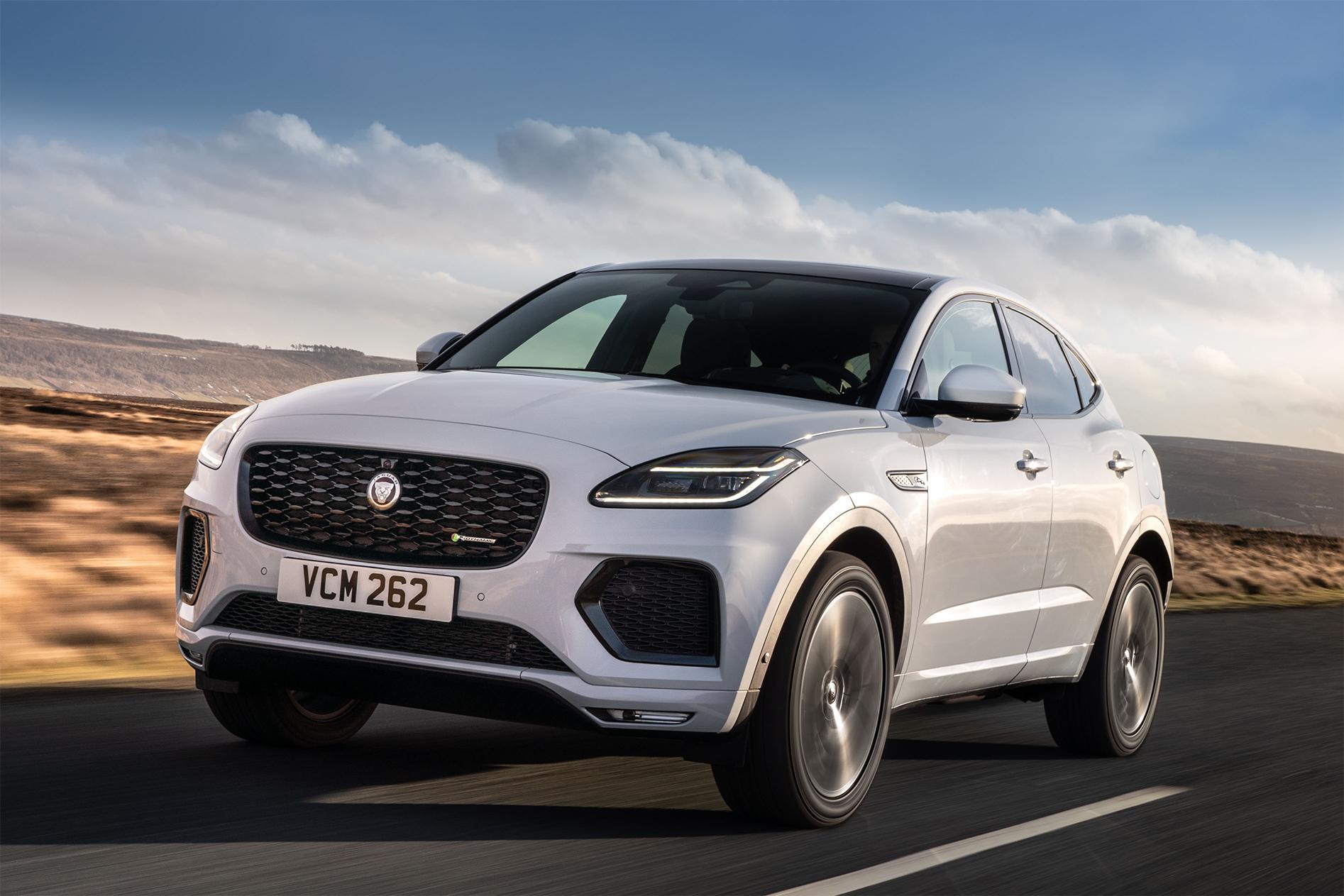 jaguar f pace r dynamic 2021 branco de frente em movimento