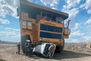 [Vídeo] Caminhão de mineração atropela SUV com três ocupantes