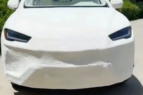 Para divulgar nova coleção de roupas, Kim kardashian ousou no marketing e revestiu sua Lamborghini Urus