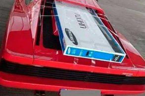 Carga pesada: Ferrari Testarossa é usada para transportar televisão