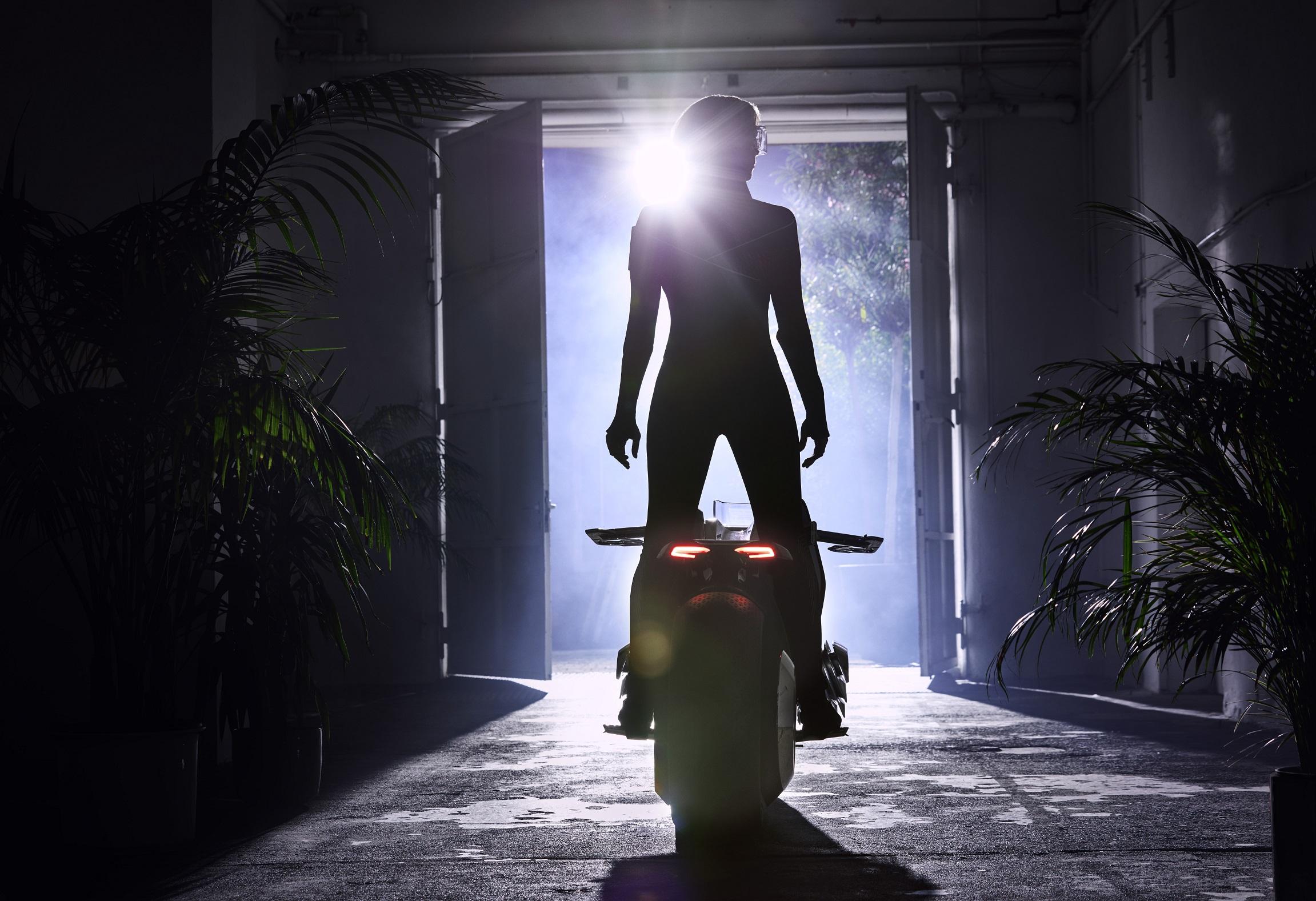 mulher como protagonista em campanha de motos bmw