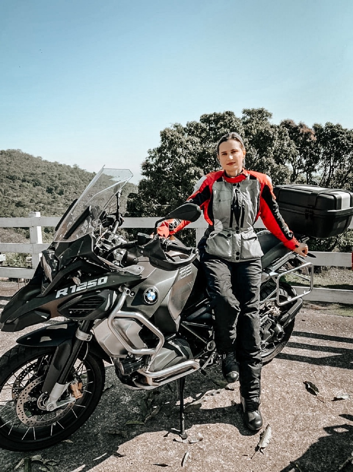 engenheira ana tavares com sua moto bmw r 1250 gs adventure