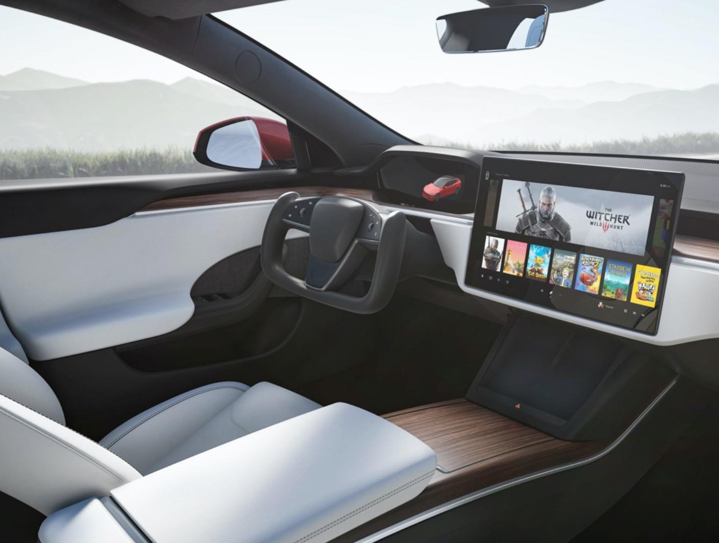 interior do tesla model s 2021 com tela multimidia e volante em forma de manche