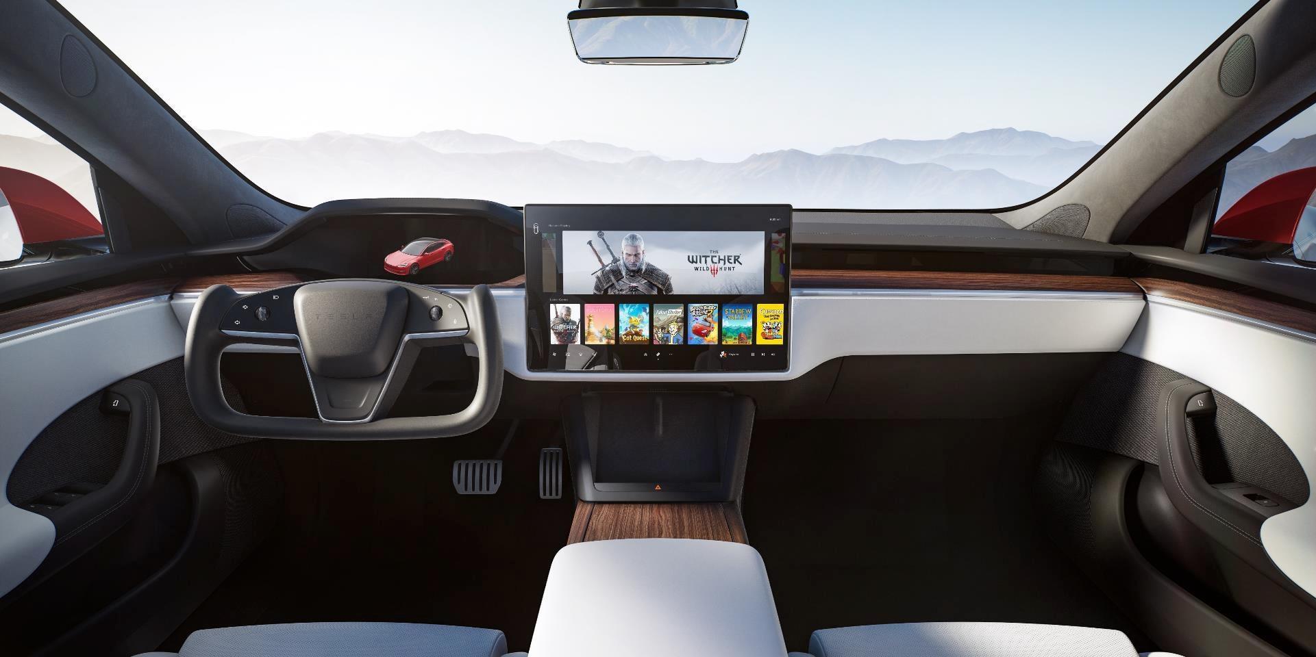 painel do tesla model s 2021 com tela multimidia e volante em forma de manche
