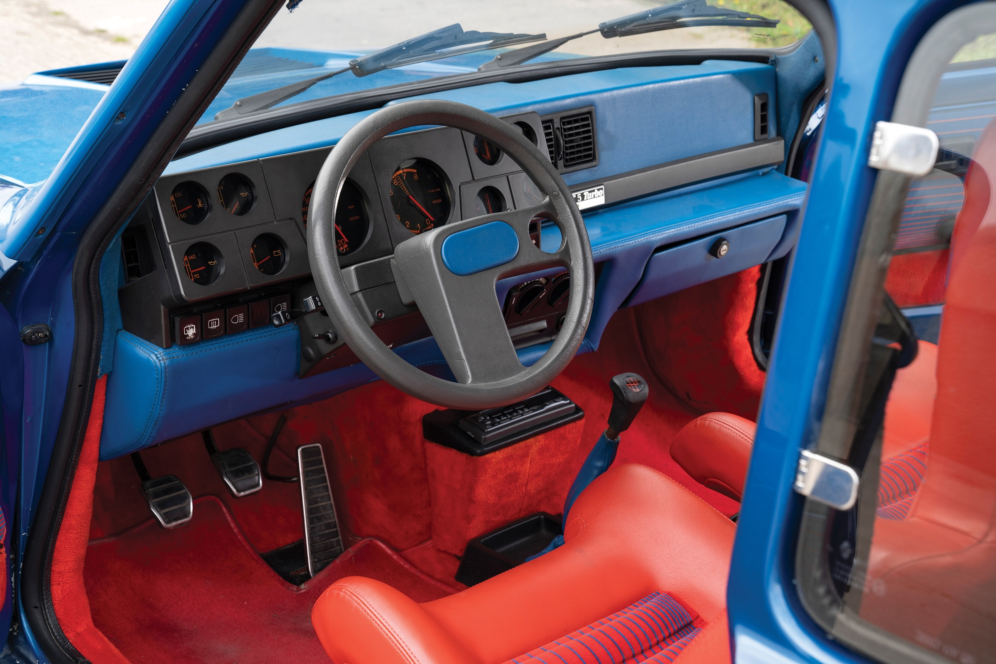 interior do renault 5 turbo 1980 com destaque para o volante assimetrico