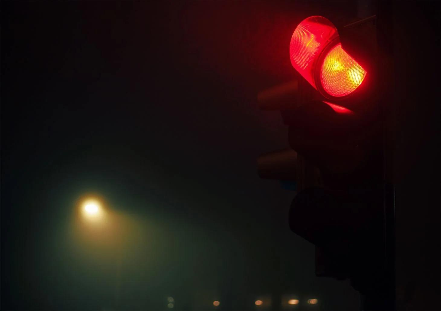 existe uma situação específica em que é permitido avançar o sinal vermelho