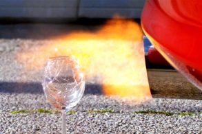 [Vídeo] Toyota Supra quebra taça de vinho só com ronco do escapamento