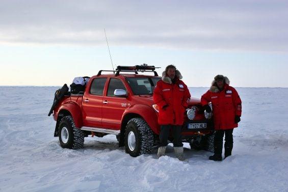 arctic trucks toyota hilux invincible at38 vermelha frente jeremy clarkson james may polo norte