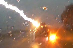 Quatro raios atingem Jeep Grand Cherokee em vídeo chocante