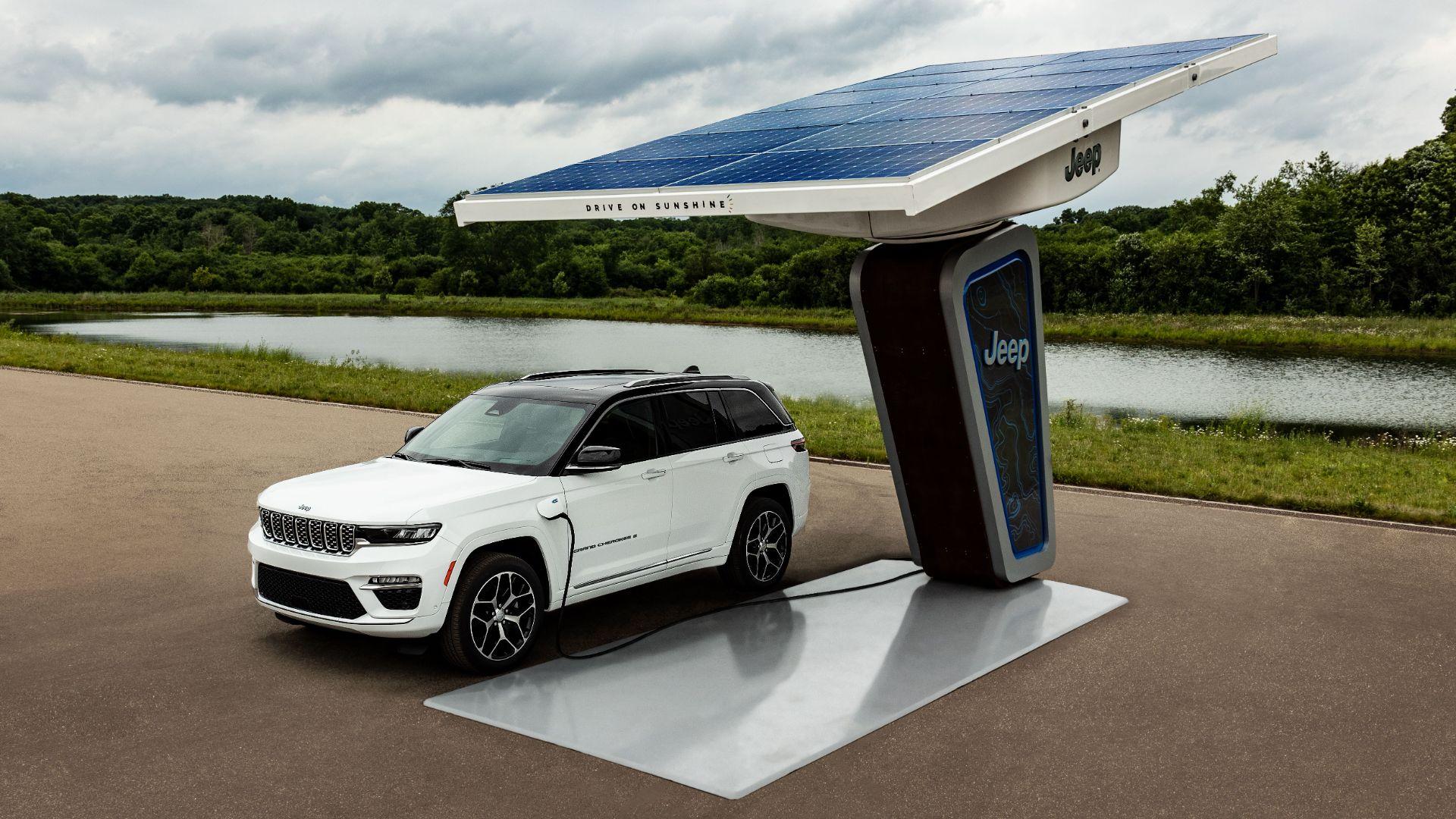 jeep grand cherokee 4xe 2022 estacionado carregador painel solar