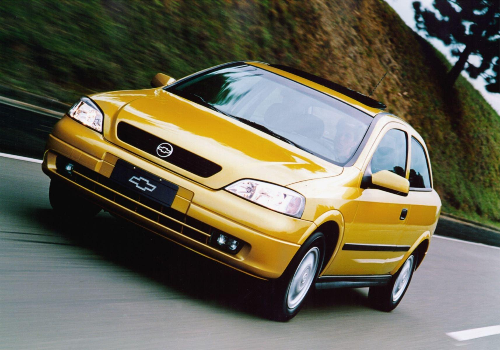 chevrolet astra 1999 amarelo frente em movimento rodovia