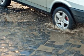 Usar o carro em estradas de terra e calçamento prejudica a suspensão?