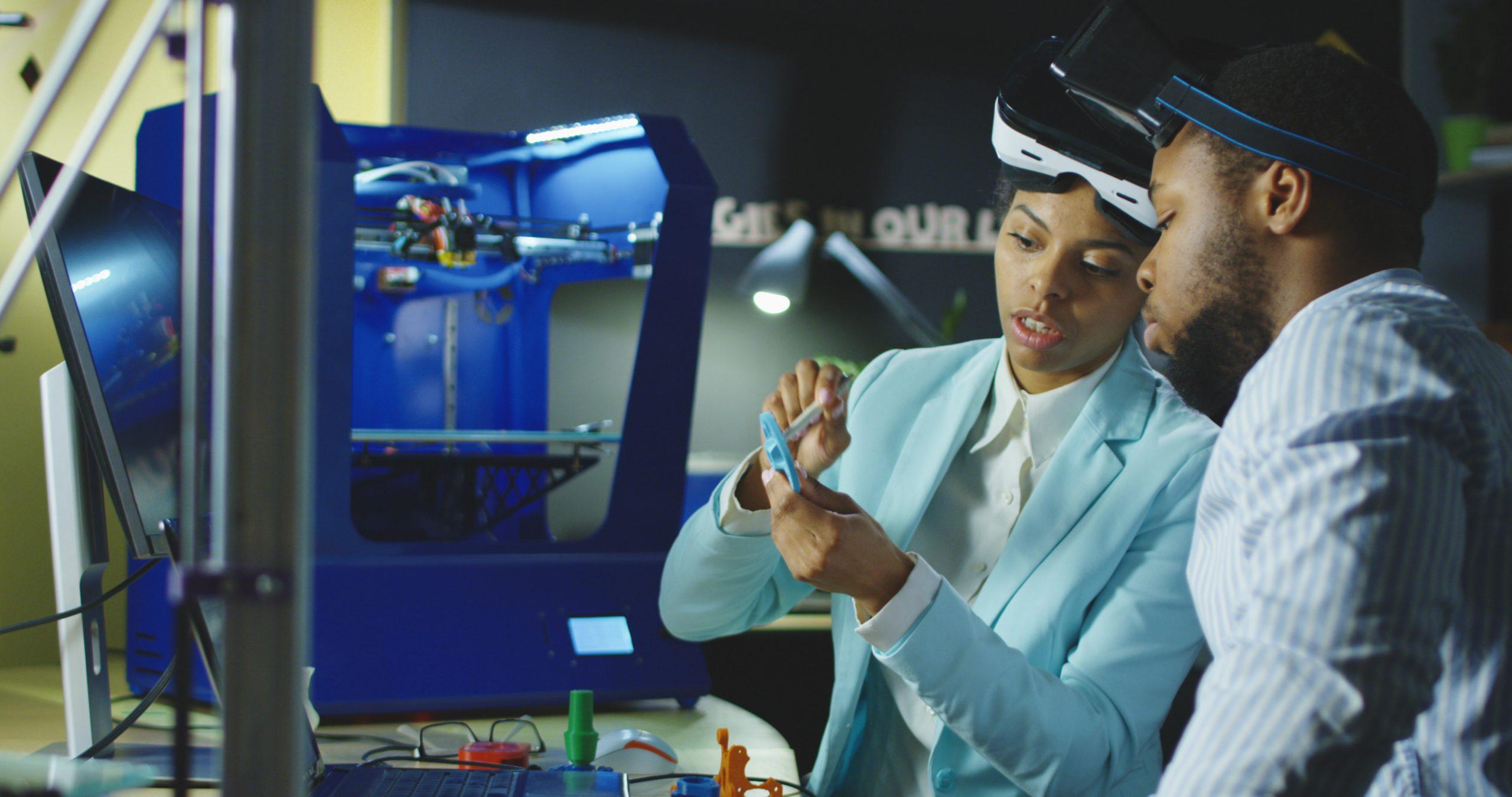 engenheiros usando impressora 3d e oculso de realidade virtual