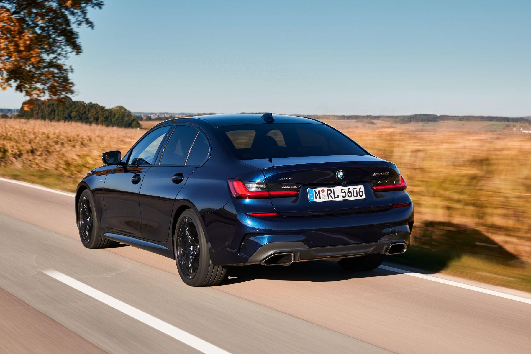 bmw m340i xdrive azul escuro traseira em movimento rodovia