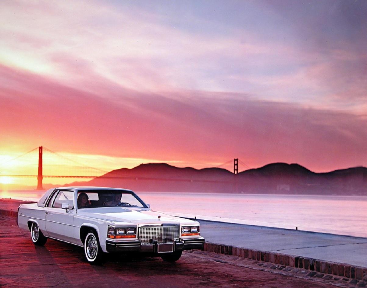 cadillac coupe deville 1981 branco de frente com ponte golden gate ao fundo