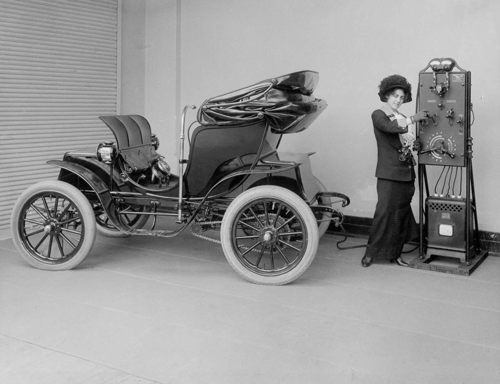 carro eletrico sendo carregado em 1910