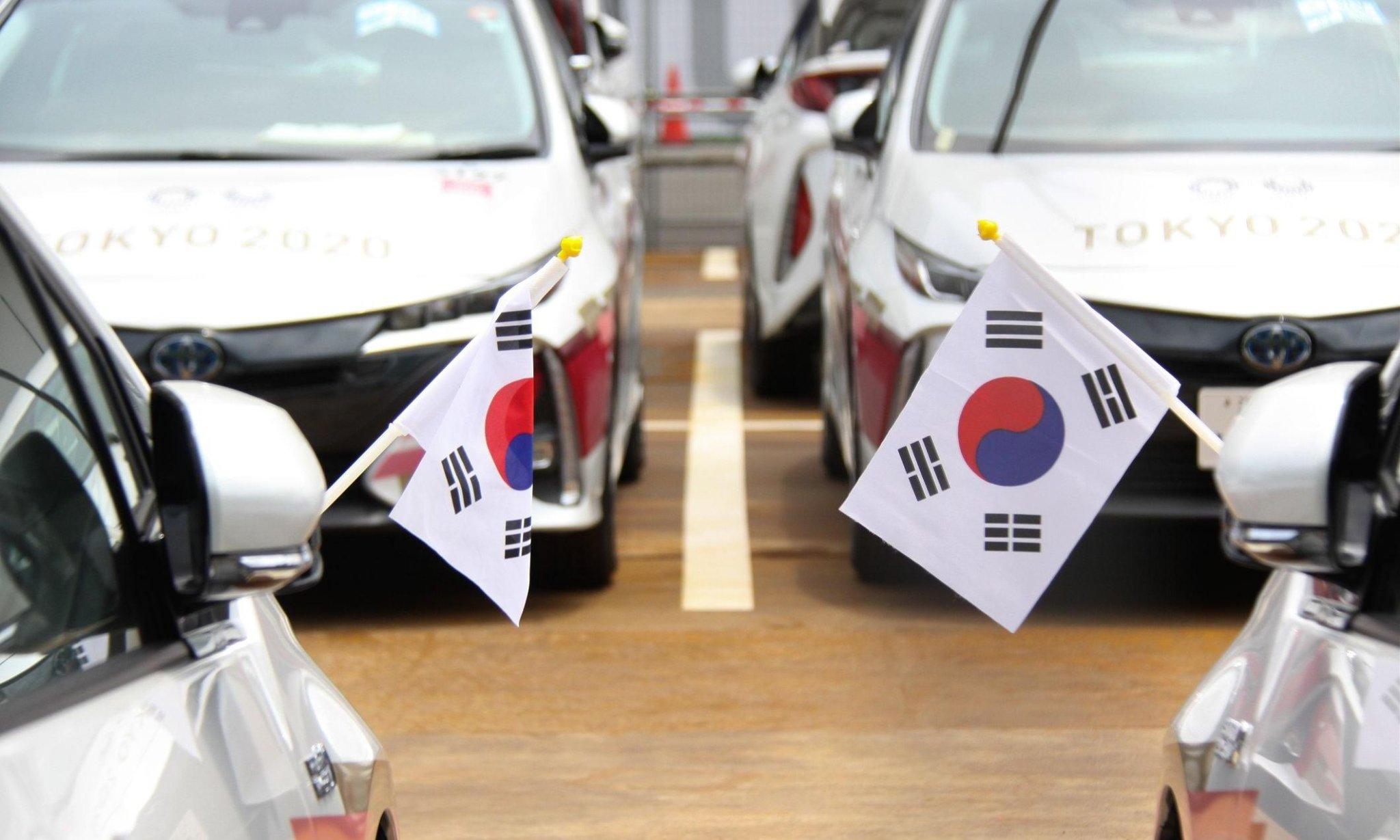 carros toyota que seriam usados nas olimpiadas portando bandeiras da coreia do sul shutterstock