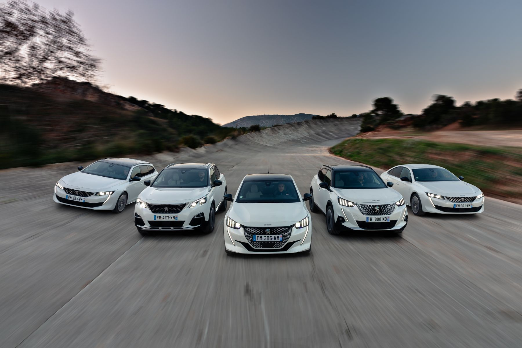 gama de carros da peugeot na europa em movimento