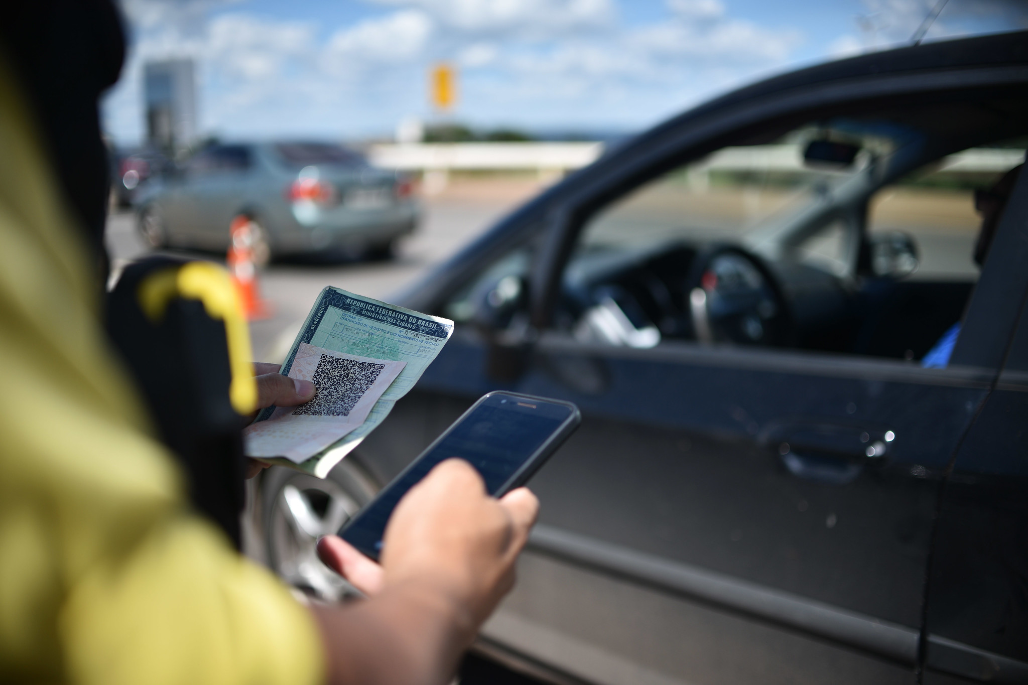 carteira de motorista em blitz foto andre borges agencia brasilia