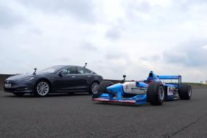 [Vídeo] Tesla enfrenta Benetton F1, quem será o vencedor?