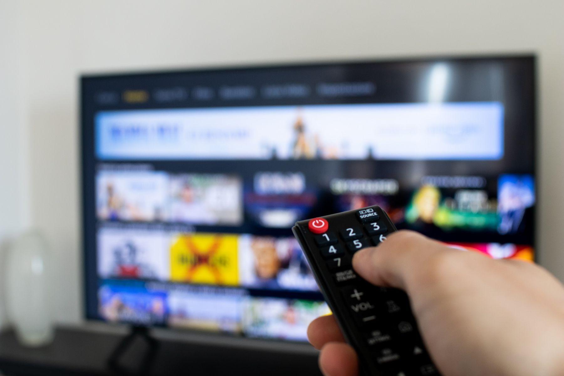 controle remto com televisao em segundo plano reproduzidno streaming