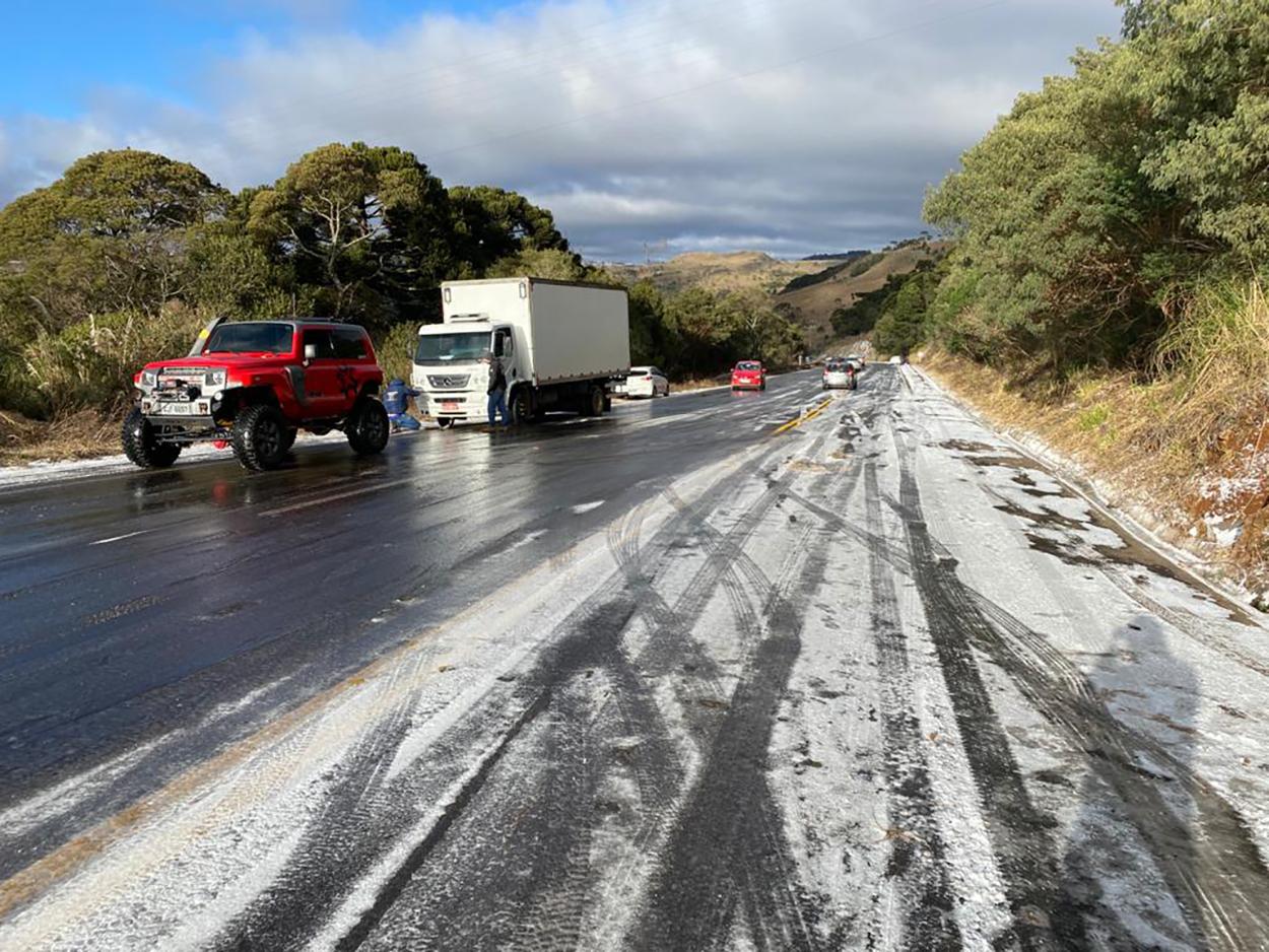 jipes resgatam carros presos em estrada congeladas santa catarina