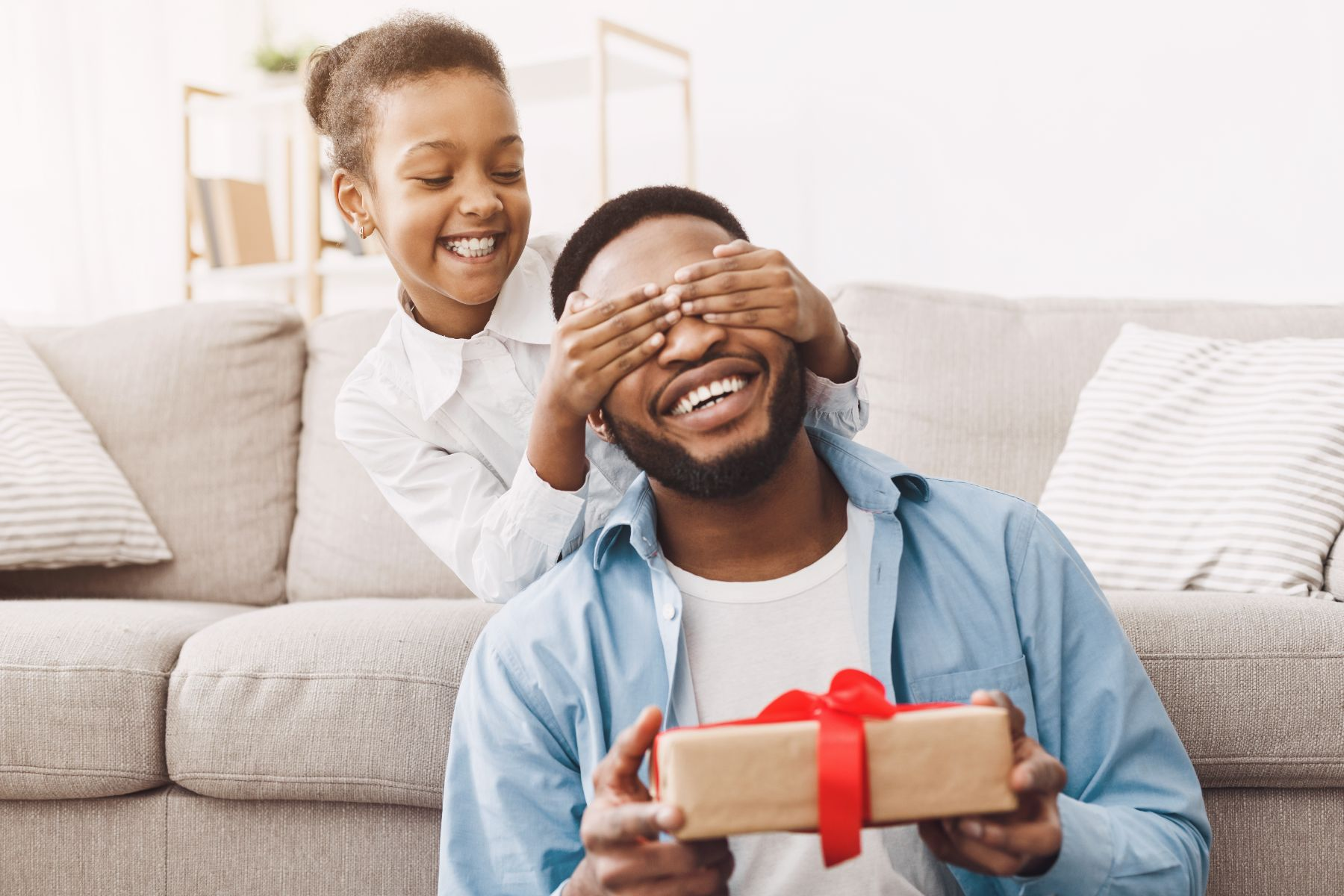 pai recebendo presente de filha dia dos pais