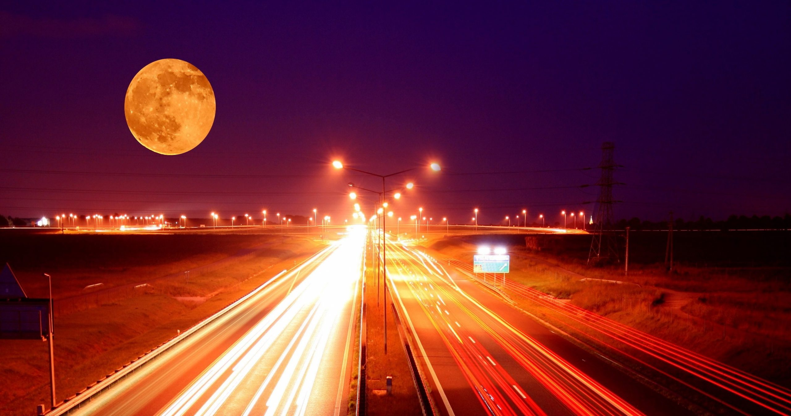 lua sobre avenida movimentada