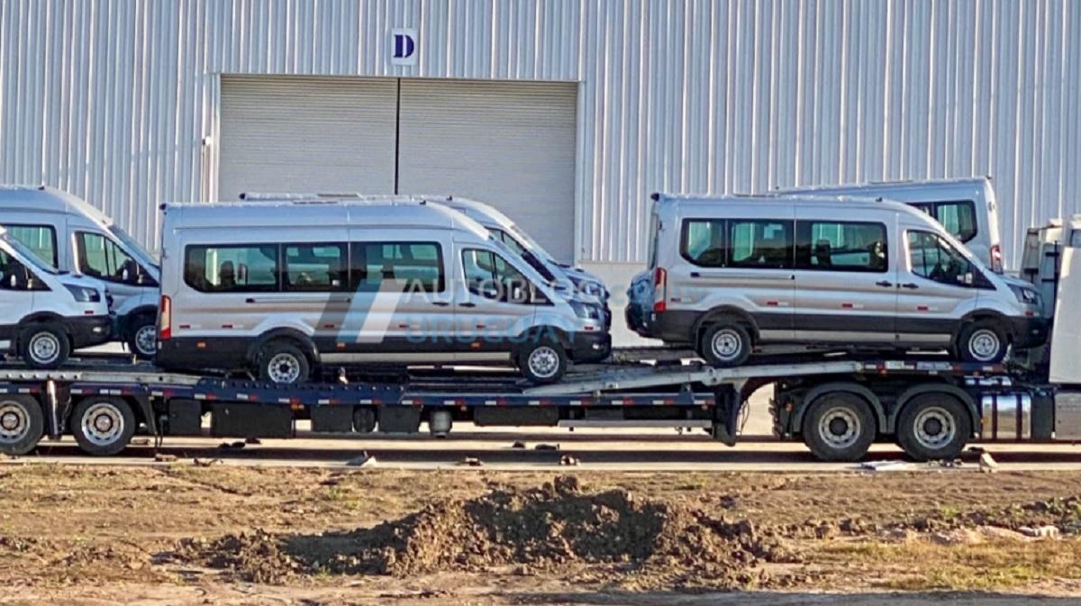unidades da ford transit flagradas em frente a fabrica de montevideu uruguai