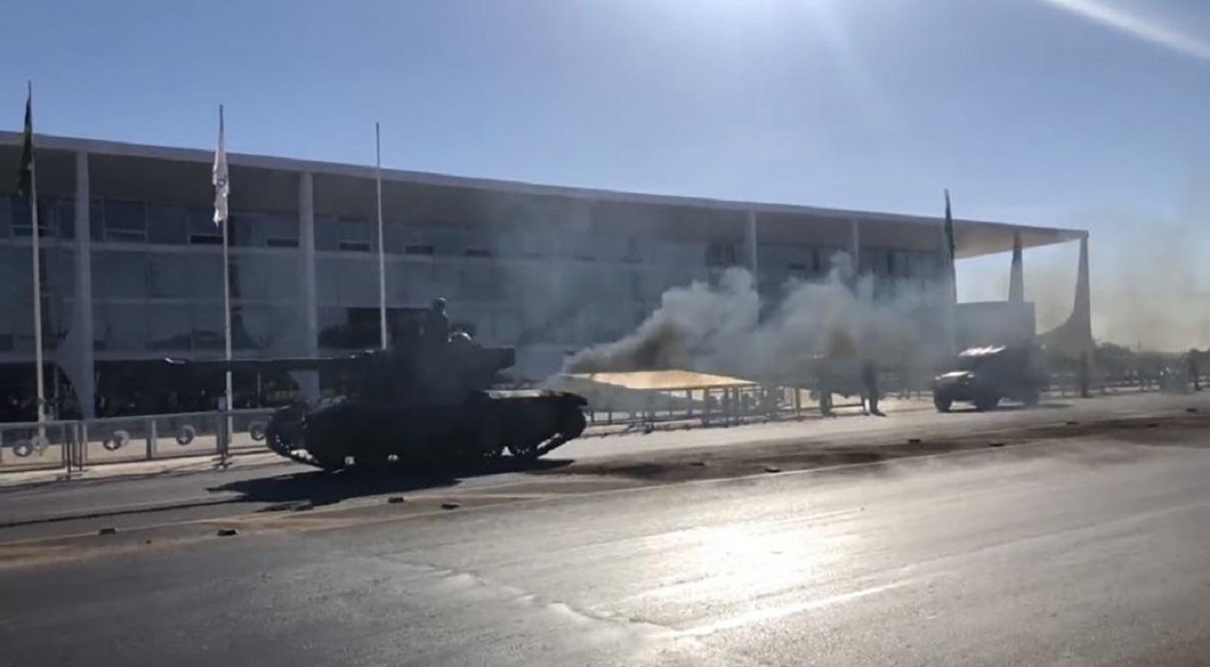 tanque saurer werk sk 105 kurassier em brasilia soltando muita fumaca preta