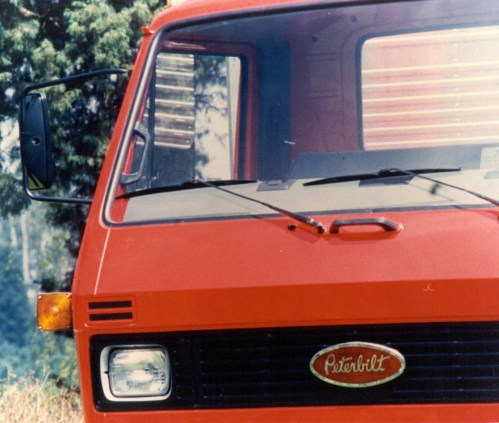 caminhao peterbilt volkswagen vermelho dianteira detalhe