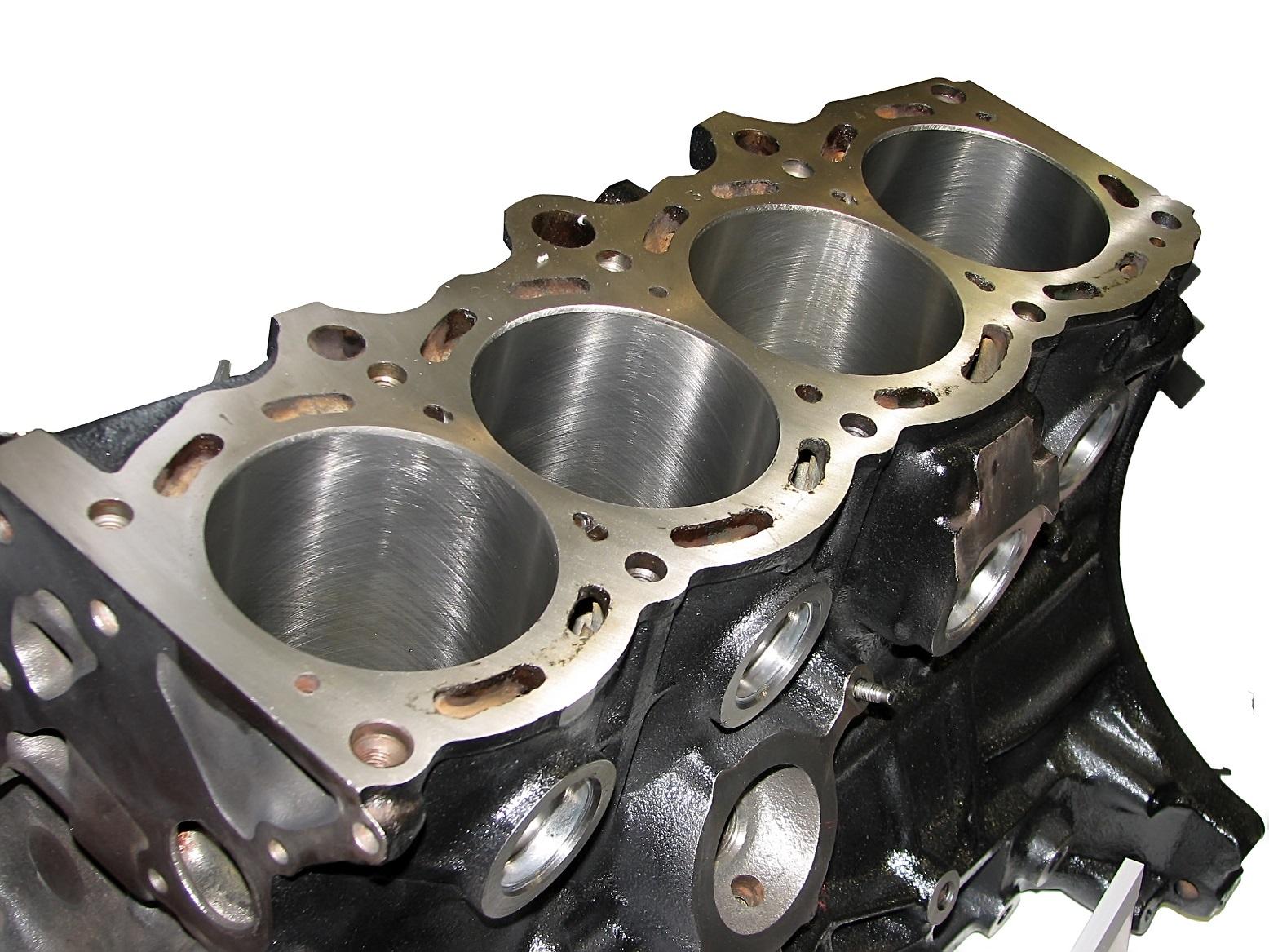 bloco de motor de carro com quatro cilindros a mostra