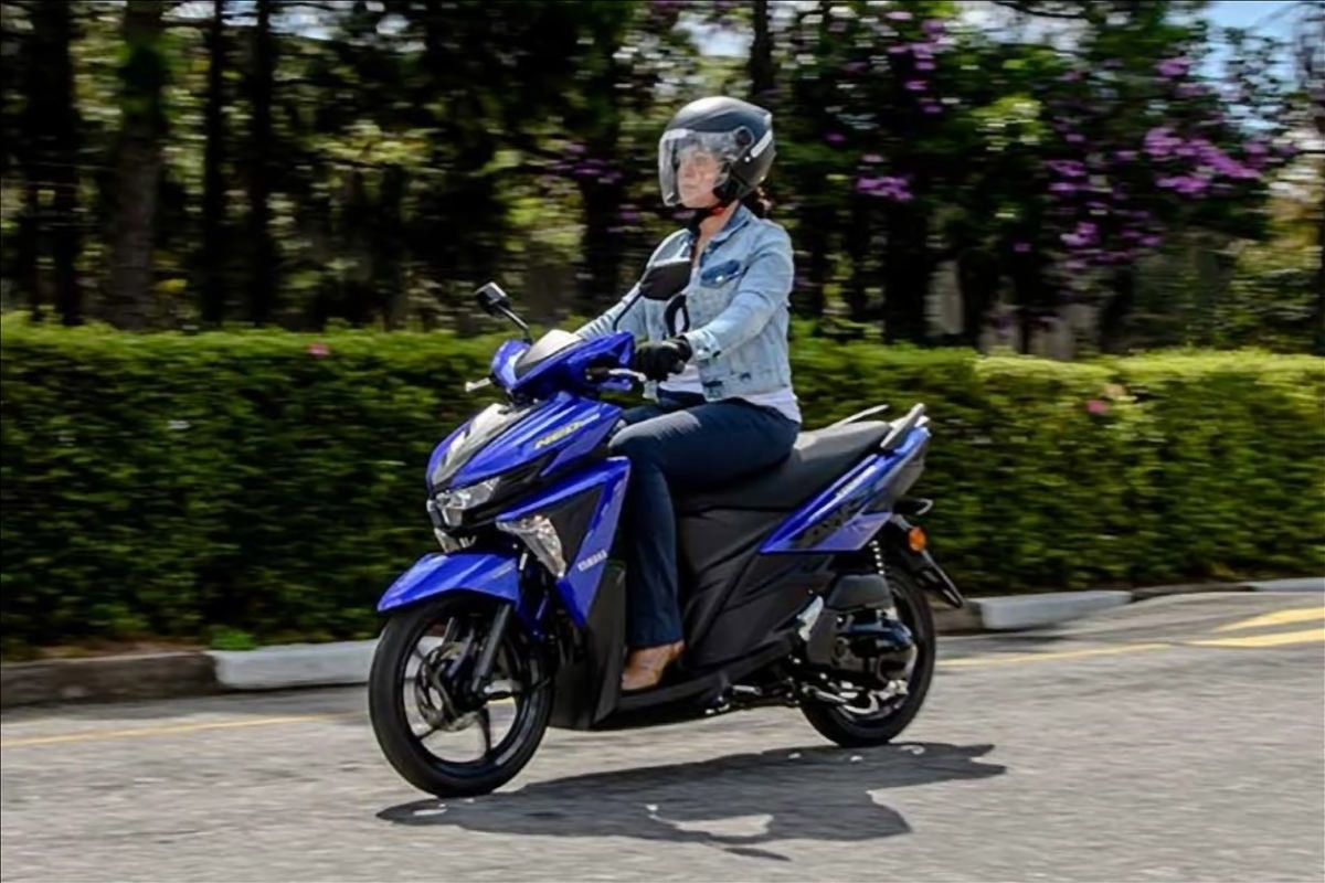 motos mais baratas do brasil yamaha neo 125 2021 azul em movimento pilotada por mulher