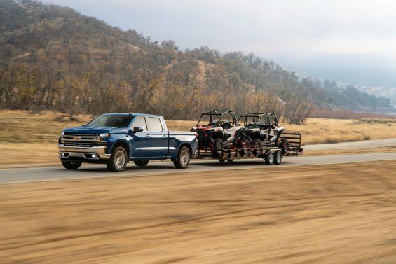 chevrolet silverado ltz duramax crew cab azul rebocando um trailer